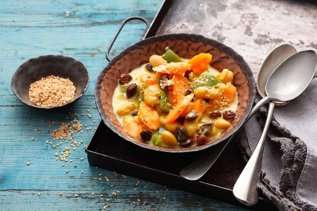 Oriental carrot and pepper stew with raisins and yoghurt