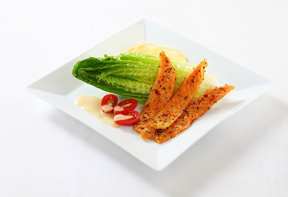 Smoked salmon with colourful pepper and a side salad