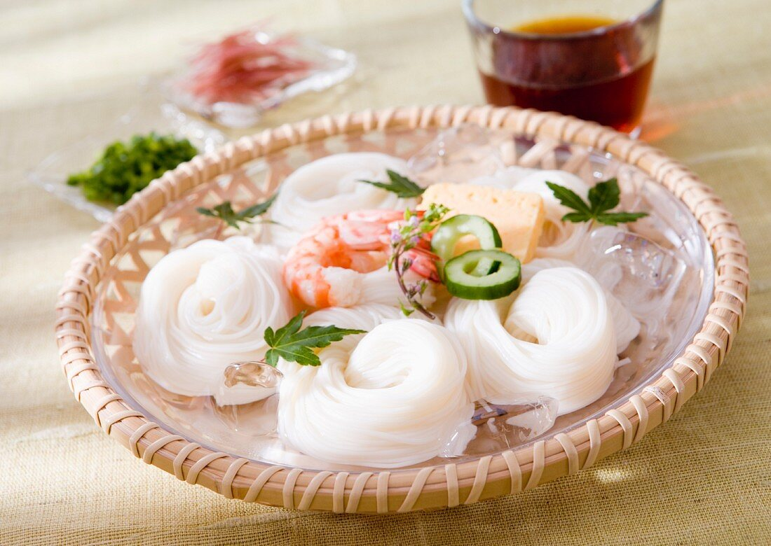 Rice noodles with prawns, cucumber and omelette (Japan)