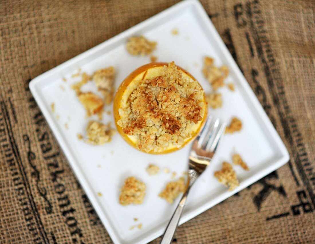 Stuffed baked apple with crumbles (seen from above)