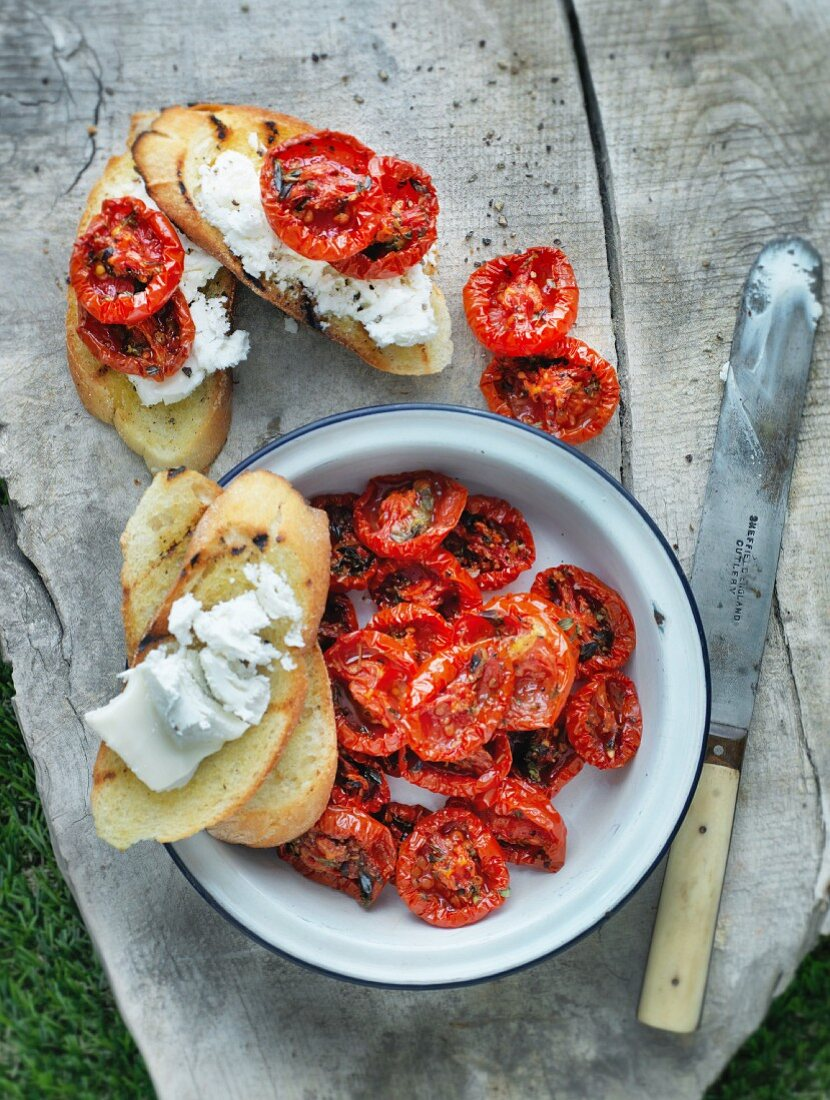 Bruschetta with dried tomatoes and cream cheese