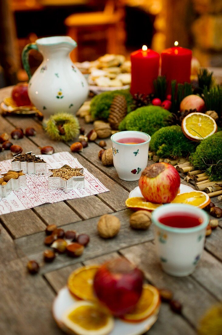 A table laid for advent with tea and baked apples at the Kittenberger Adventure Garden in Schiltern