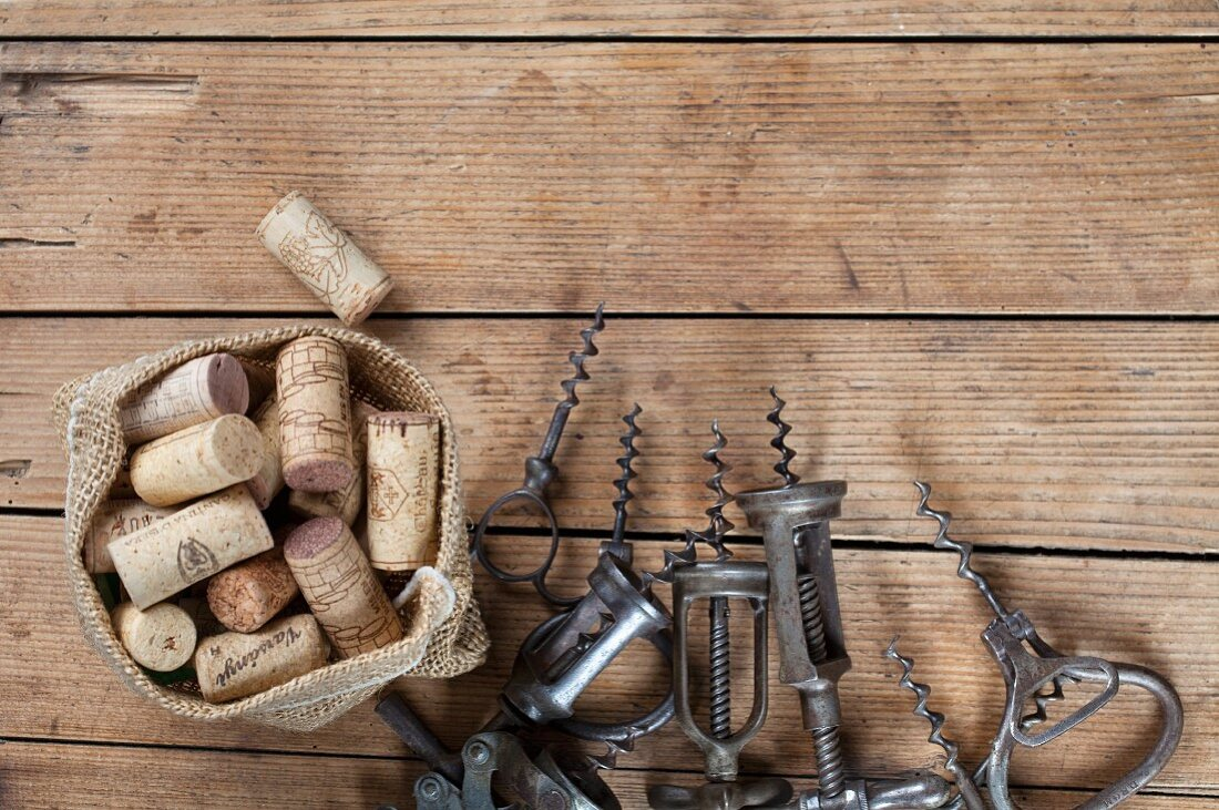 Alte Korkenzieher und Weinkorken