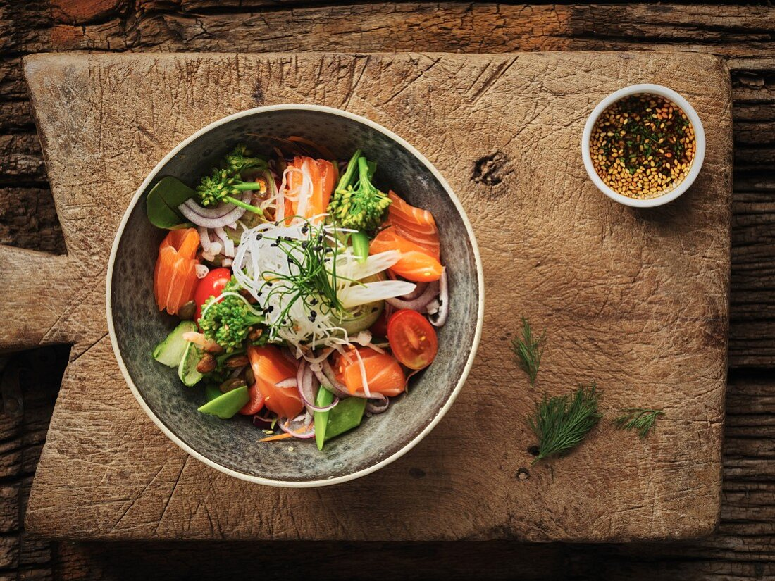 Thai salad with salmon, tomato and nuts