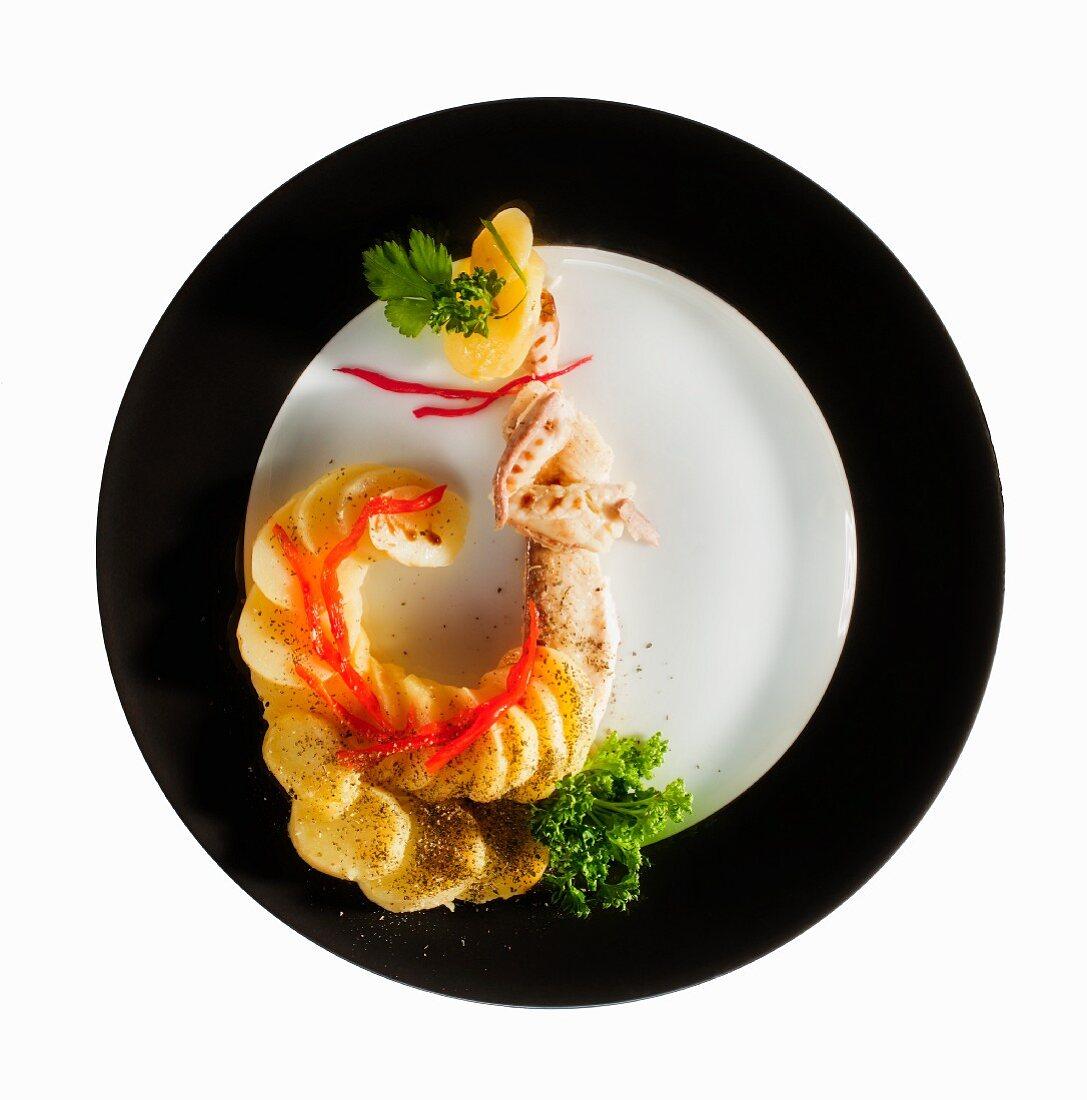 Fashion Food: Gedünstetes Pangasiusfilet mit Kartoffeln als Jugendstil Abendkleid mit Schleppe