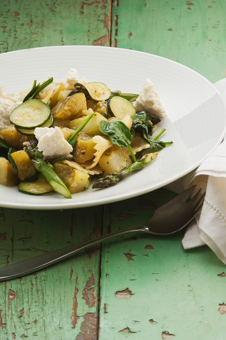 Farfalle with green tomatoes, courgette and asparagus