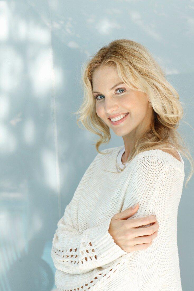 Junge blonde Frau in naturfarbenem … - Bild kaufen