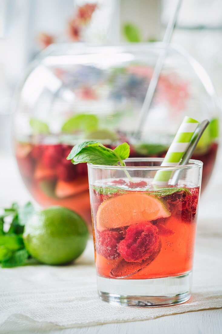 Himbeer-Bowle mit Limetten
