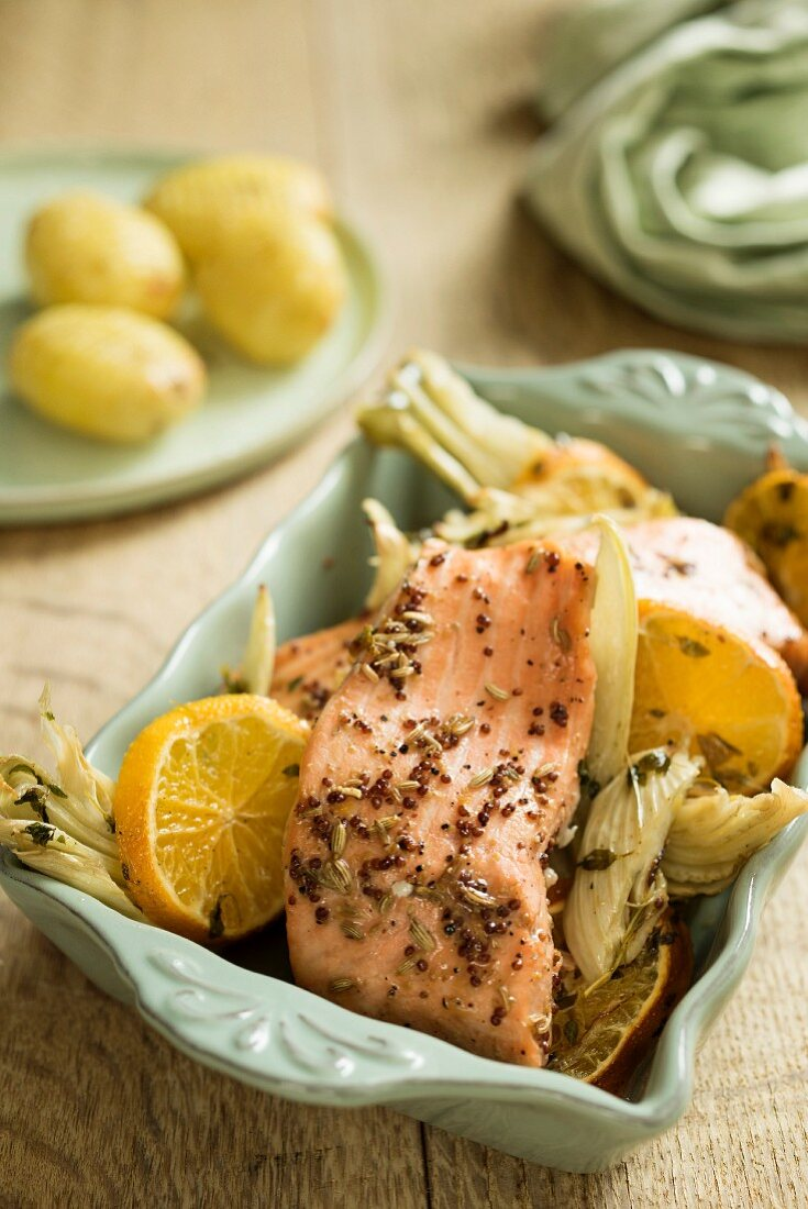Fried salmon with clementines and fennel