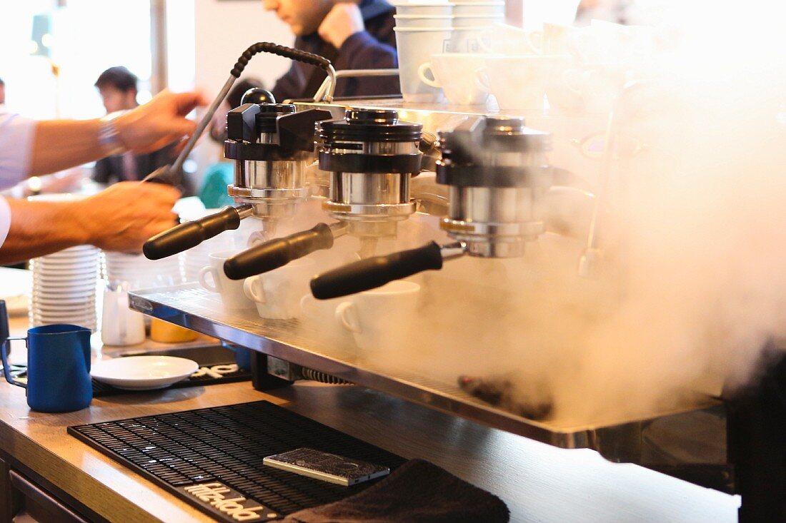 Mann bereitet Espresso zu im Balthasar in Wien (Österreich)