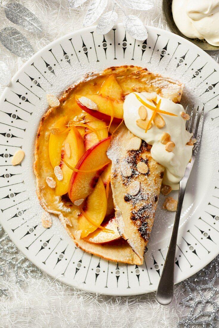 Pfirsich-Pfannkuchen mit Orangenzesten und Mandelblättchen