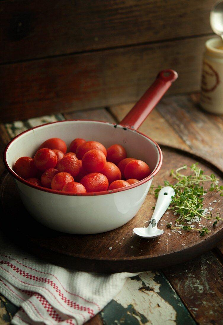 Tomaten im Stieltopf