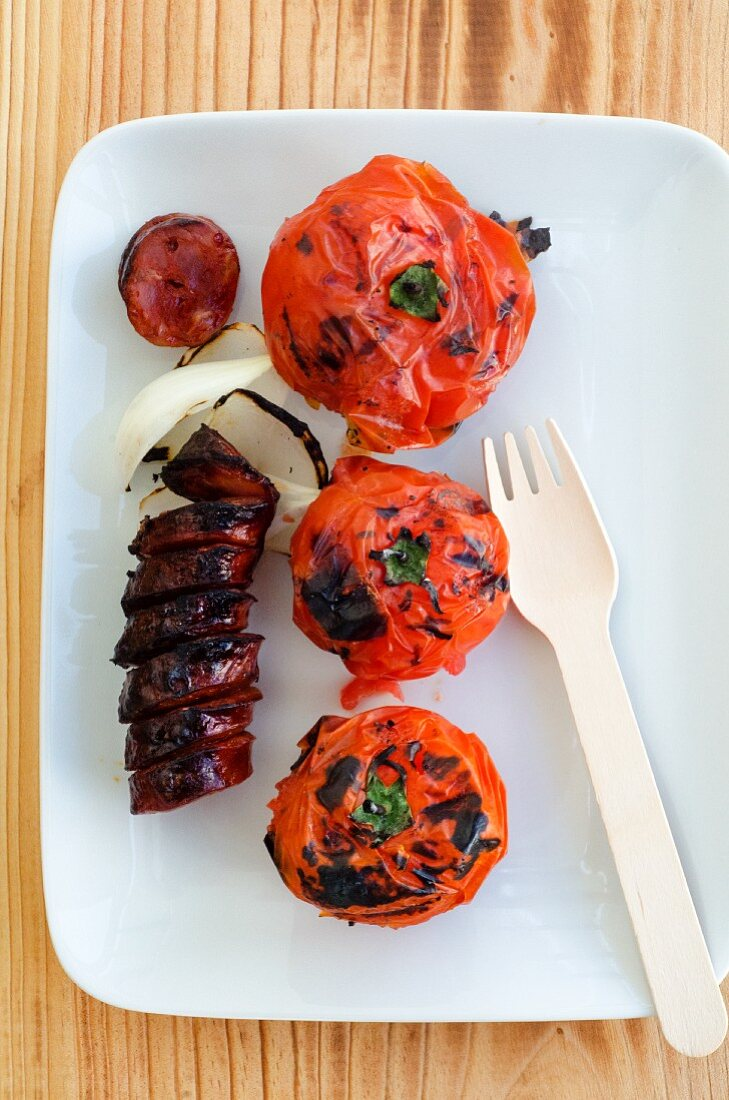 Grilled chorizo and tomatoes (seen from above)