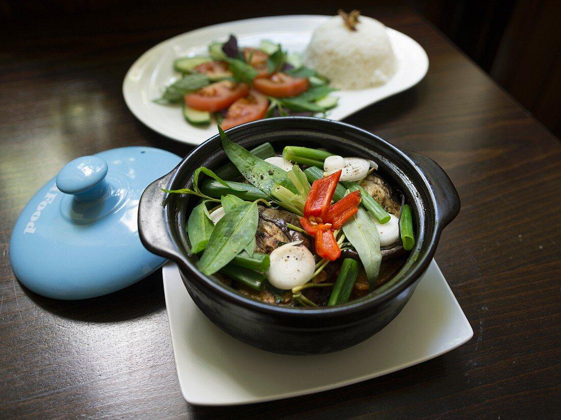 Geschmortes Rindfleisch mit vietnamesischen Gewürzen, Thaibasilikum und Lauchzwiebeln