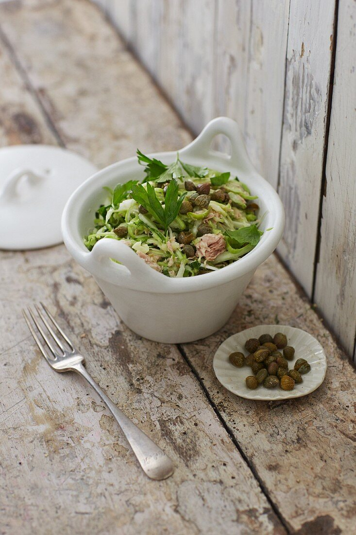 Pointed cabbage coleslaw with capers and tuna fish cream