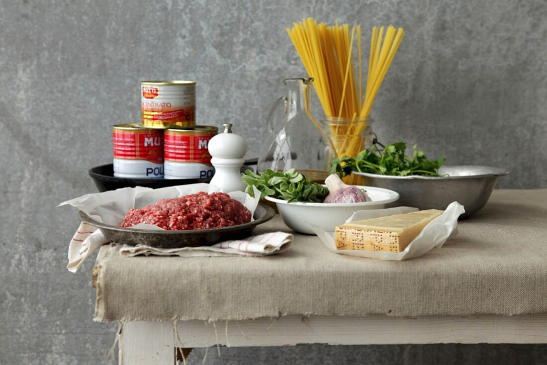 Zutaten für die Zubereitung von Fleischbällchen oder Bolognese-Sauce