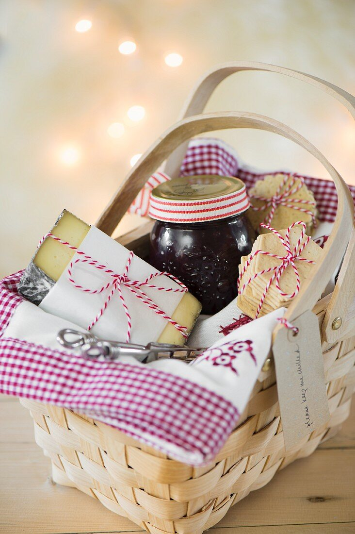 A gift basket with cheese, onion chutney and crackers for Christmas