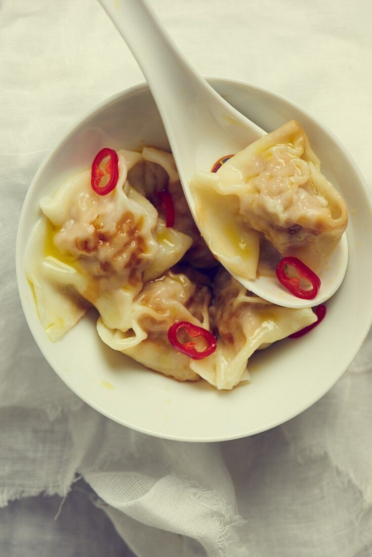 Won tons with soy sauce and chillis