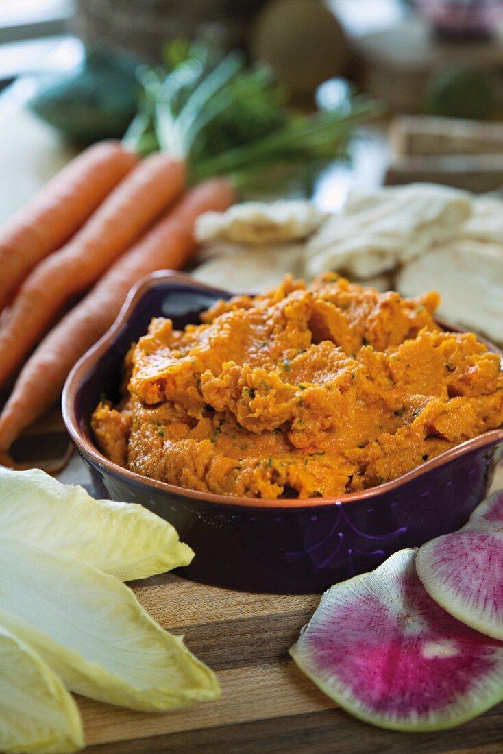 Karotten-Hummus mit Gemüse zum Dippen