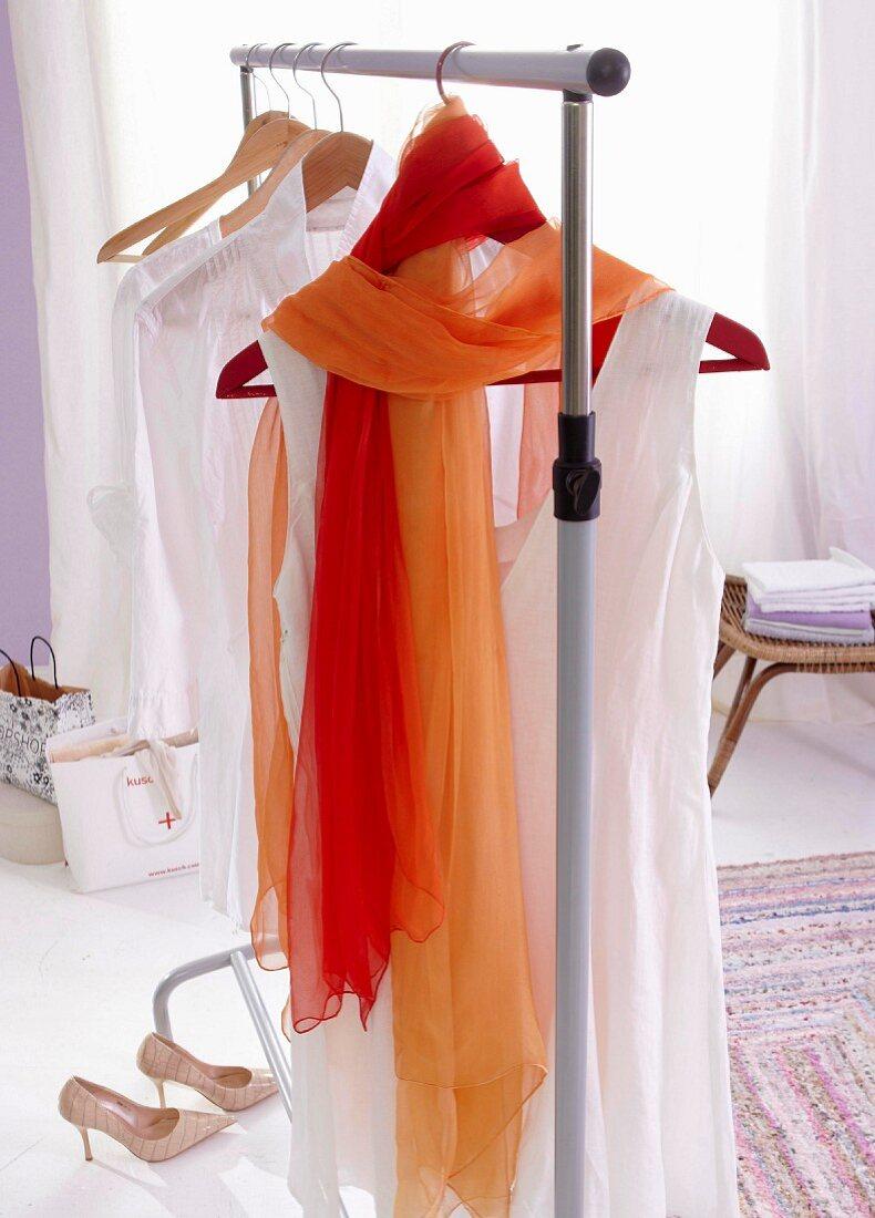 Gefärbte Chiffon-Tücher um Kleiderbügel gewickelt