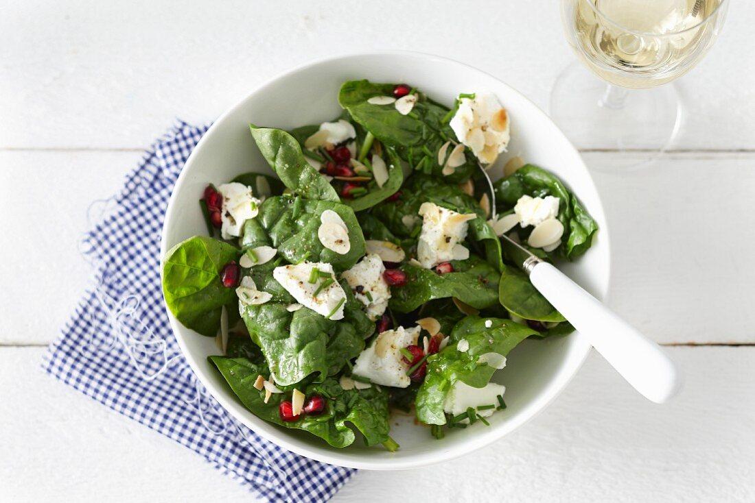 Spinatsalat mit Ziegenkäse und Granatapfelkernen