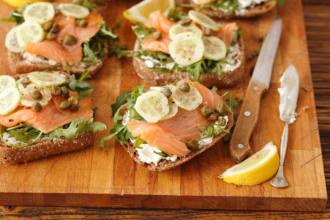 Wholemeal rolls with smoked salmon, cream cheese, cucumbers and capers