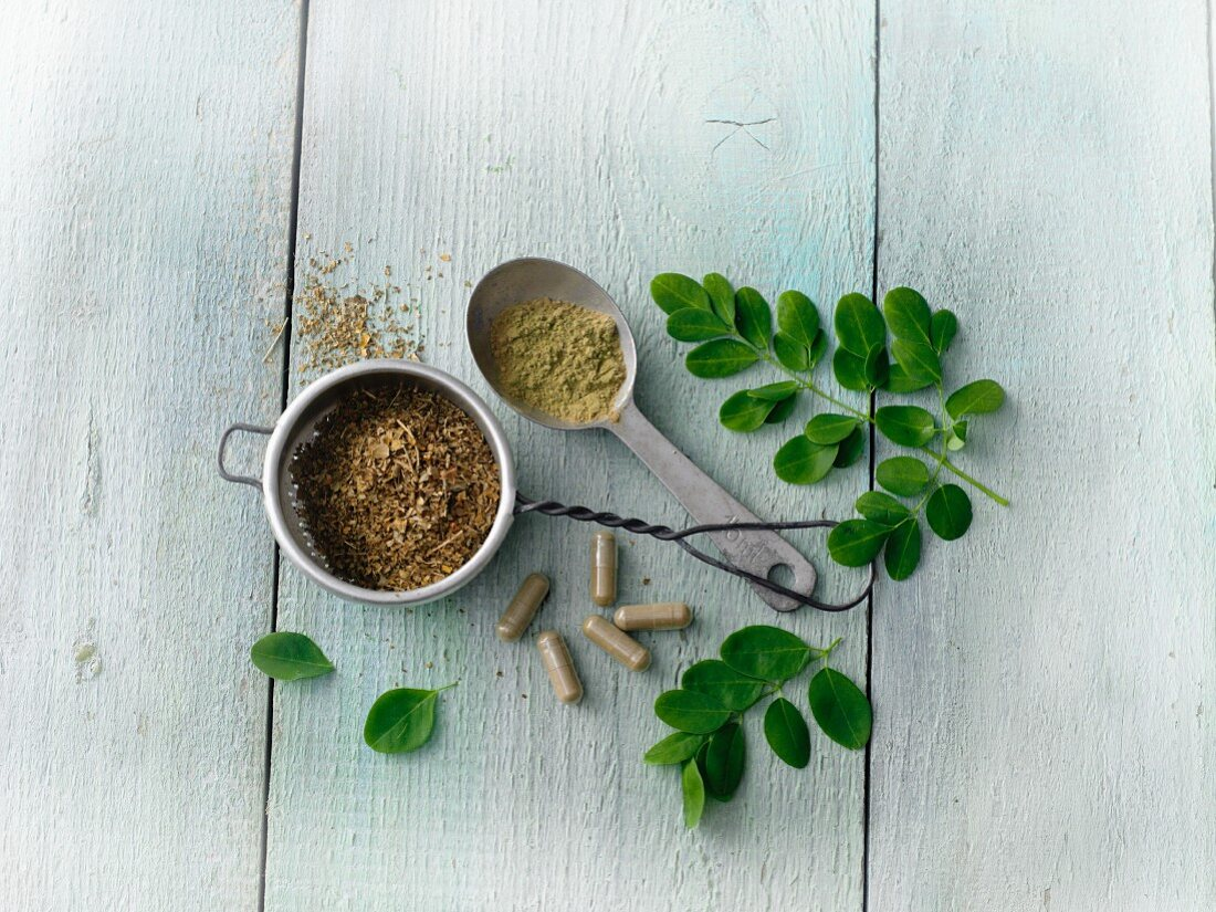 Various forms of moringa (capsules, powder, tea)