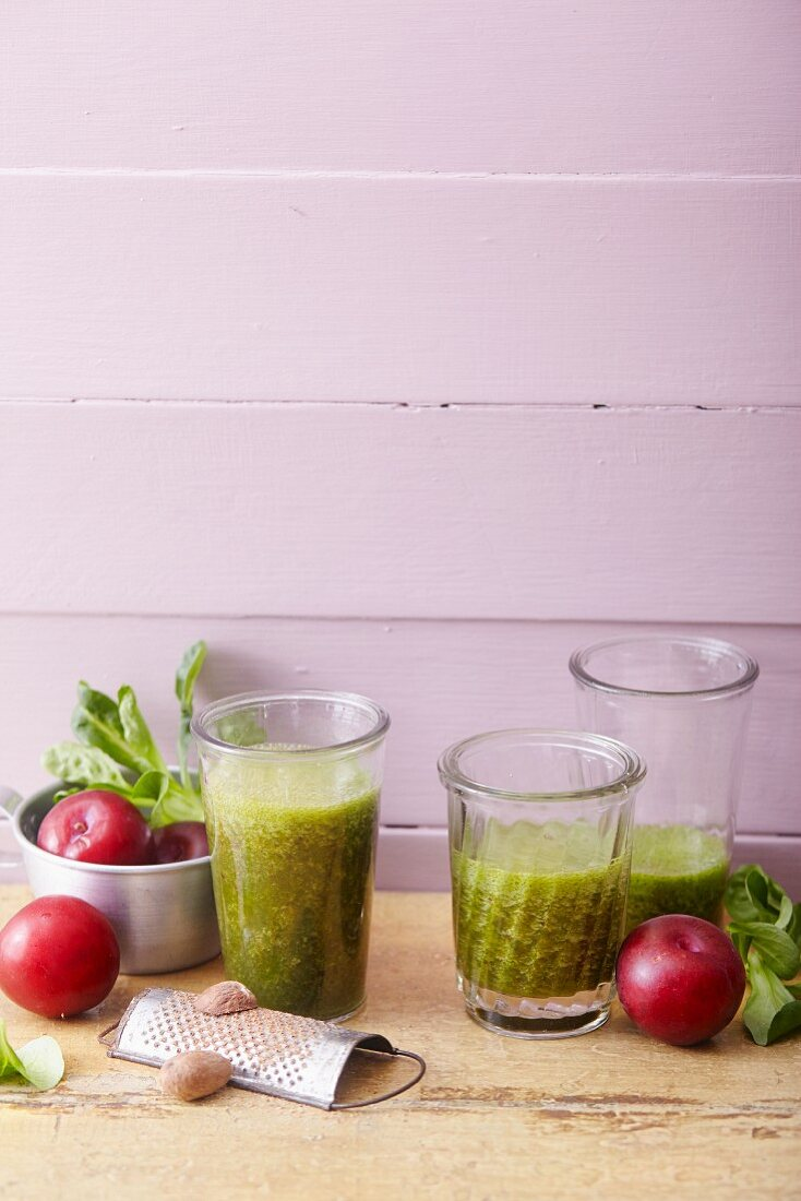 Plum and lamb's lettuce smoothies with green tea and nutmeg