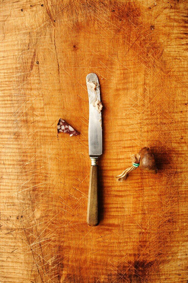 Stück Blutwurst mit Messer