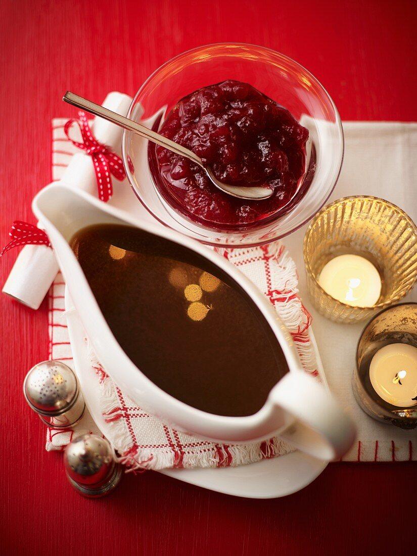 Bratensauce und Cranberrymarmelade