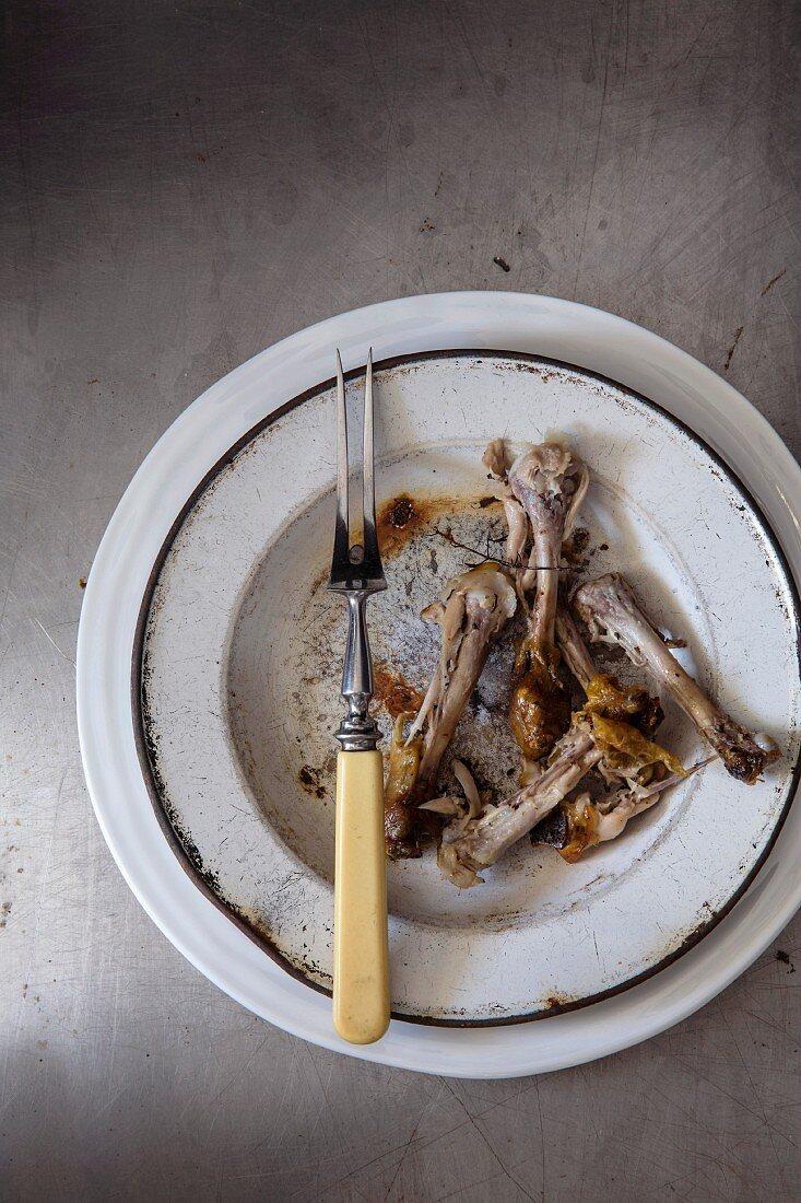 Gedeck mit Hähnchenknochen
