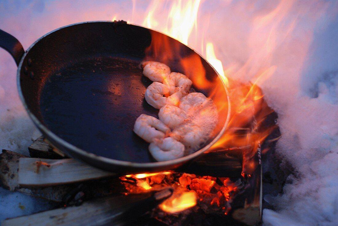Am offenen Feuer gebratene Garnelen