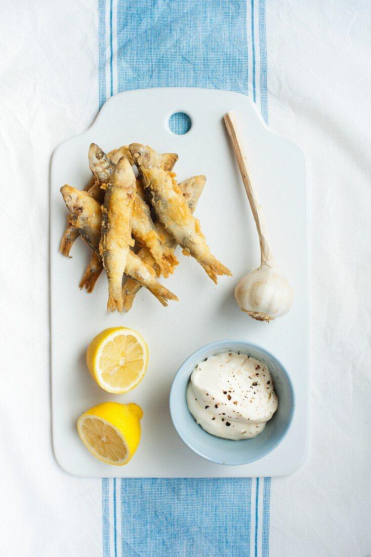 Gebratene Sardinen mit Knoblauch-Aioli und Zitrone