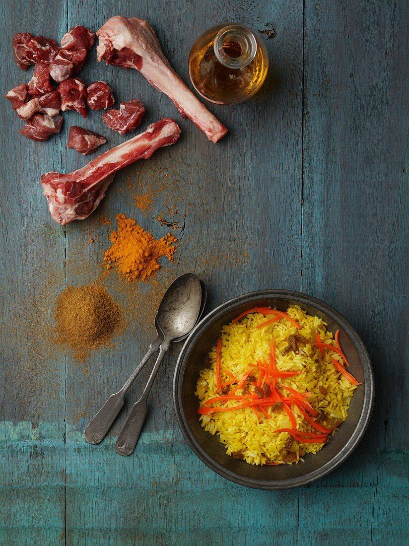 Afghanischer Reis mit Hähnchen, Karotten und Rosinen, Gewürze, Lammfleisch