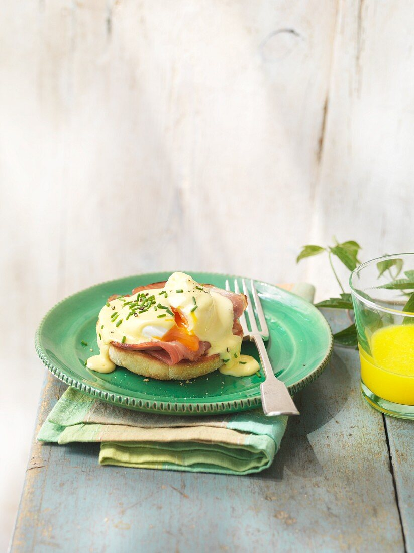 Toast topped with a poached egg and Hollandaise sauce