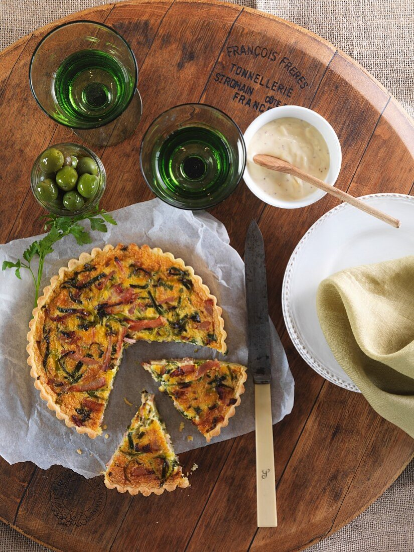 Bacon and leek quiche, sliced (seen from above)