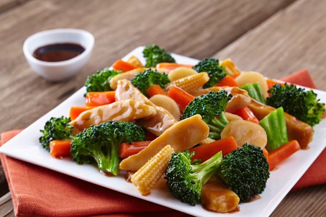 Chicken breast with broccoli, carrots and baby corn cobs