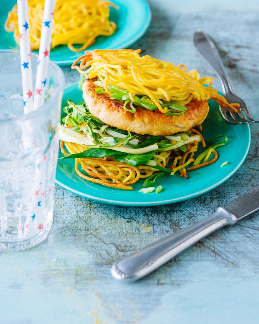Ramen burgers with noodle nests and chicken breast (New York, USA)