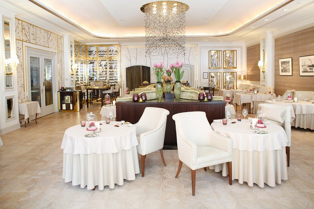 Innenansicht des Haerlin Restaurants im Fairmont Hotel Vier Jahreszeiten, Hamburg