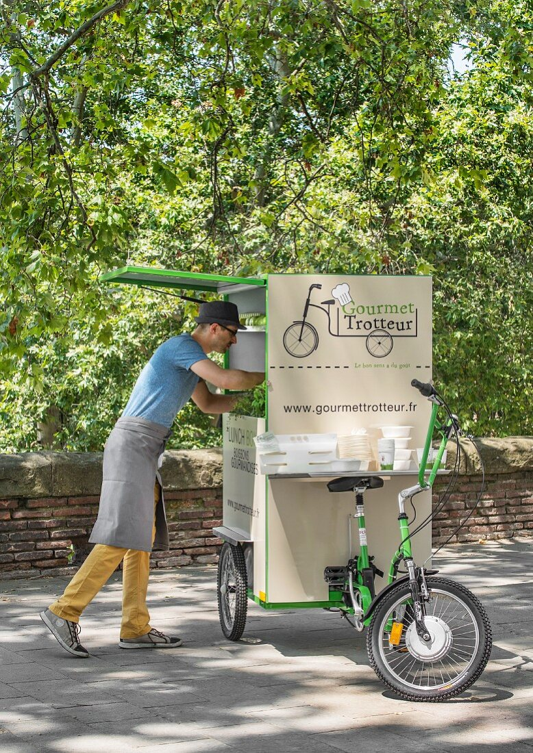 Gourmet Trotteur bicycle delivery – a man takingt picnic crockery out of the delivery box