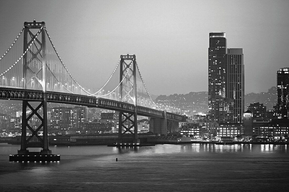 Bay Bridge zwischen San Francisco & Oakland bei Nacht (Kalifornien, USA)