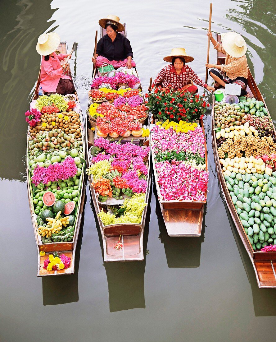 Women in boats laden with fruit and flowers, Damnoen Saduak floating market, Bangkok, Thailand, South-East Asia