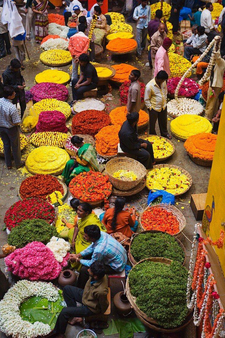 Flower necklace sellers at the City Market, Bengaluru (Bangalore), Karnataka state, India, Asia