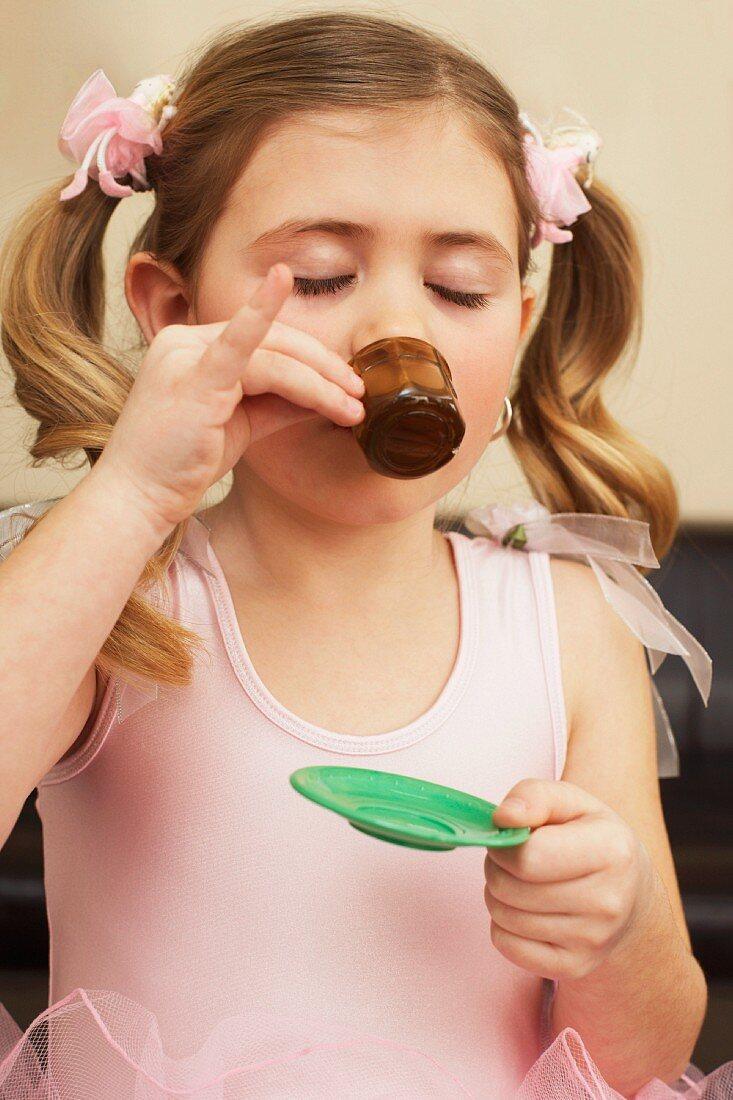 Mädchen spielt Teeparty