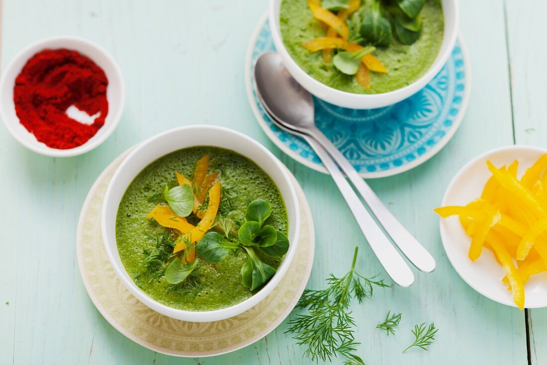 A green smoothie made from figs, yellow peppers, courgettes and lambs lettuce served as a soup
