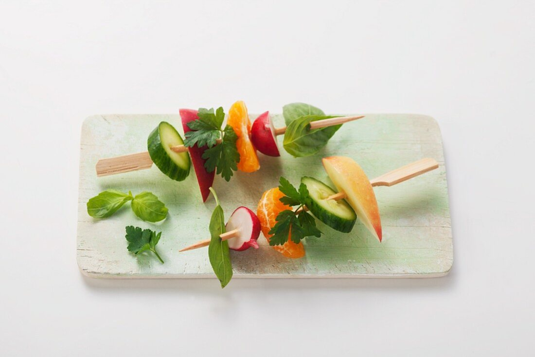 Vegetable skewers with herbs and fruit