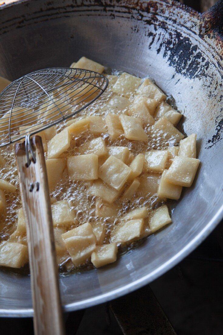 Fried rice crackers i a wok (Thailand)