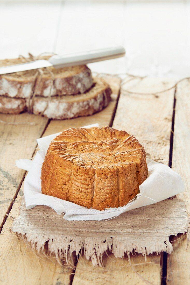 Geräucherter Ricotta vor Brotscheiben
