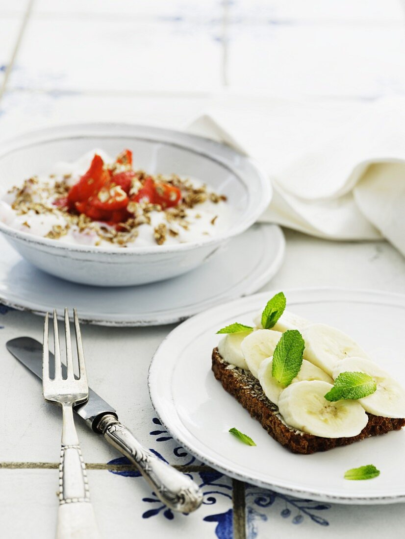 Wholemeal bread with banana, and muesli with strawberries