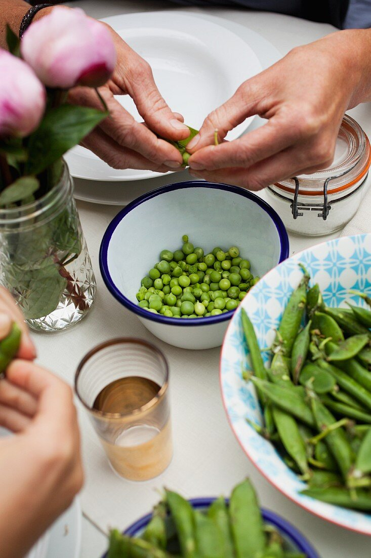 Peas being shelled